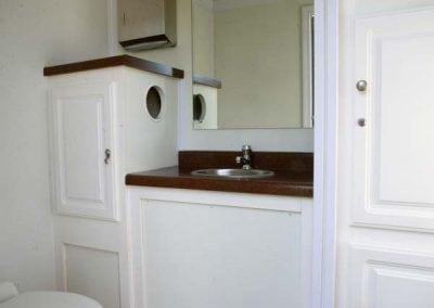 portable-restroom-portapotty-2-station-inside-alt
