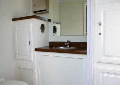 portable-restroom-portapotty-2-station-inside-alt